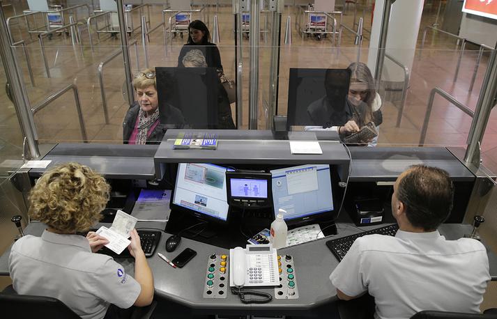 Пограничники проверяют паспорта в международном аэропорту Брюсселя