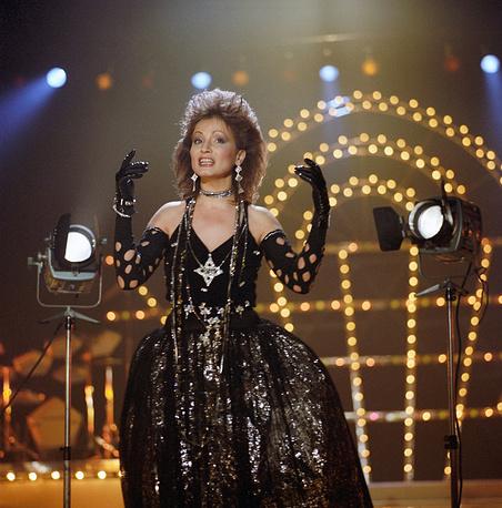 Певица София Ротару во время новогоднего праздничного концерта в Москве, 1987 год