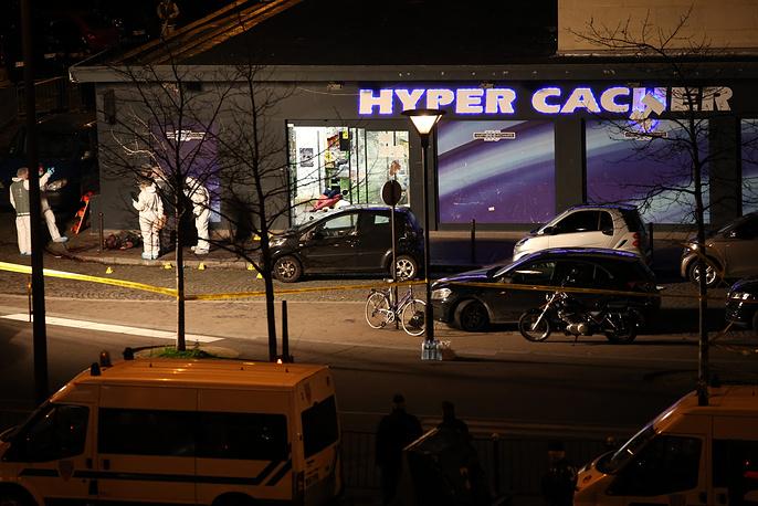 В то же время еще один террорист захватил заложников в кошерном магазине на востоке Парижа. Он потребовал, чтобы полиция прекратила преследование братьев Куаши. В ходе его атаки погибли четыре человека, сам террорист также был убит