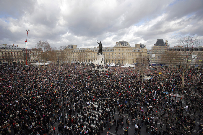 В воскресенье в Париже состоялось шествие в память о жертвах международного терроризма. По оценкам полиции, в марше приняли участие более 1 млн человек. На фото: начало шествия на площади Республики