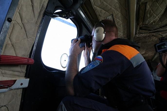 Российские спасатели МЧС принимали участие в операции по подъему обломков лайнера, обеспечивая проведение водолазных работ. Самолет Бе-200 МЧС России обследовал более 2,3 тыс. кв км акватории, обнаружено 117 объектов