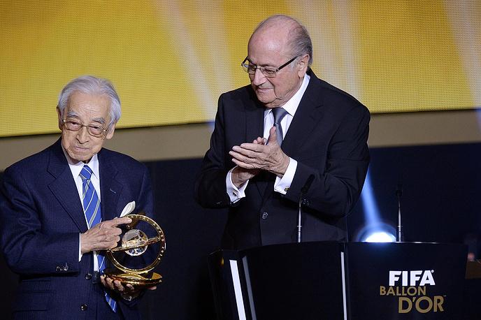 Японский журналист Хироси Кагава получил президентскую награду ФИФА из рук Йозефа Блаттера