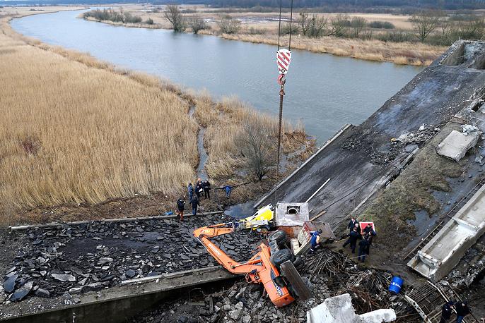 Утром 13 января во время работ по демонтажу рухнула опора выведенного из эксплуатации моста в Калининграде