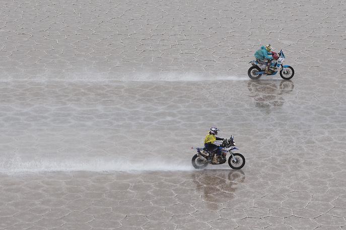 Французский гонщик команды Yamaha Юго Пайен (слева) и чешский гонщик команды KTM Милан Энгель во время восьмого этапа на участке Уюни (Боливия) - Икике (Чили), 12 января