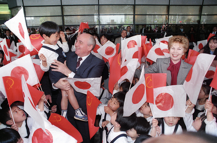Михаил и Раиса Горбачевы во время встречи с детьми в Киото, Япония, 1991 год