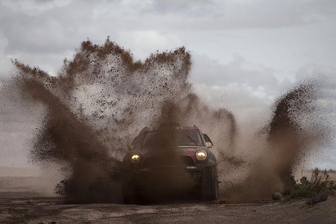Пилот из Аргентины Орландо Терранова команды MINI во время седьмого этапа ралли на участке Икике (Чили) - Уюни (Боливия), 10 января