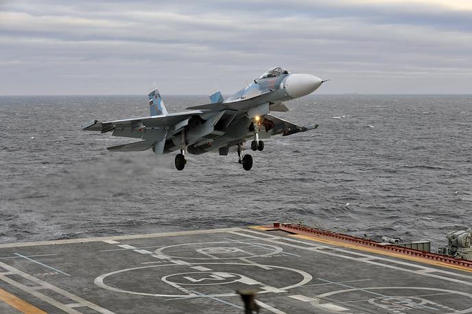"""Мурманская область. Корабельный истребитель Су-33 (модификация Су-27) заходит на посадку на палубу тяжелого авианесущего крейсера """"Адмирал Кузнецов"""" в Баренцевом море, 2010 год"""