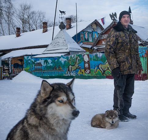 Житель поселка Северная Грива Михаил Коршунов у своего дома