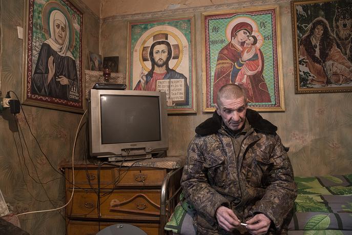 Михаил Коршунов пишет иконы. По его словам, местный батюшка благословил две из них, после чего иконы можно считать действующими