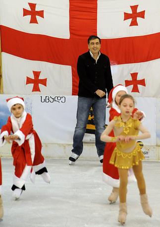 Экс-президент Грузии Михаил Саакашвили на катке в городе Зугдиди, 2009 год