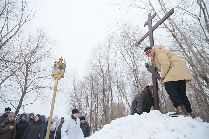 В честь праздника Крещения верующие прошли крестным ходом  от церкви во имя Михаила Архангела к купели на реке Обь