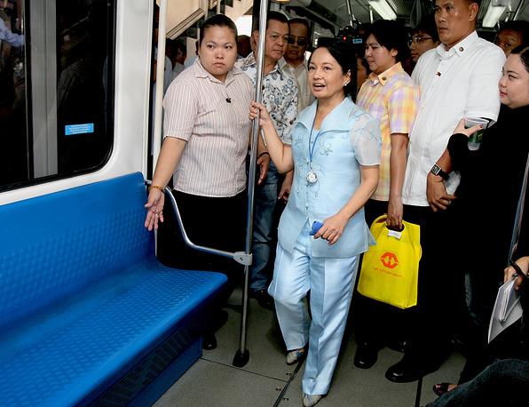Президент Филиппин Глория Макапагал-Арройо в поезде метро в Маниле, Филиппины, 2010 год