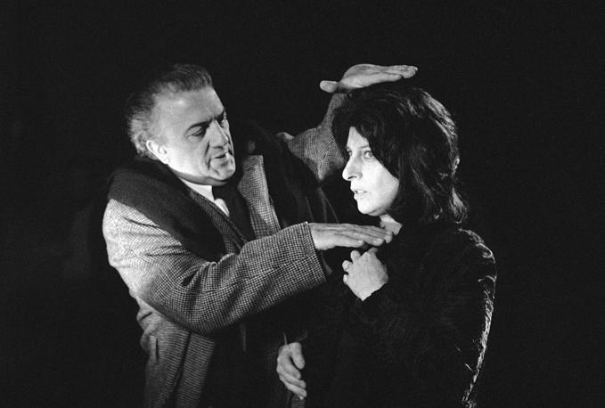 """Федерико Феллини примеряет крупный план к лицу актрисы Анны Маньяни на съемках фильма """"Рим"""", 1971 год"""