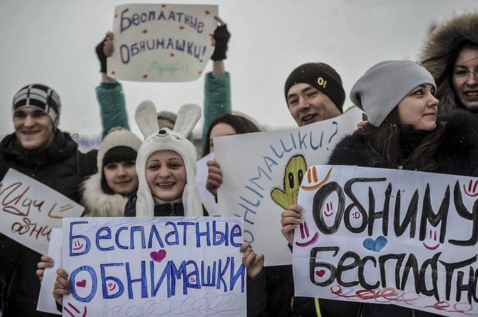"""21 января в мире отметили Международный день объятий. На фото: участники флешмоба """"Обнимем весь Новосибирск"""""""