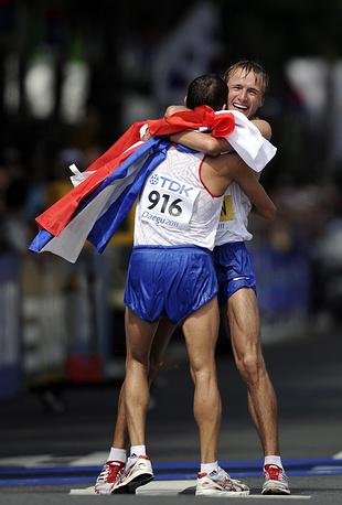 Владимир Канайкин из-за отклонений в показателях биопаспорта и с учетом наказания 2008 года за употребление эритропоэтина дисквалифицирован пожизненно. На фото: Владимир Канайкин, завоевавший серебряную медаль, и Валерий Борчин (слева направо), завоевавший золотую медаль в ходьбе на 20 км на чемпионате мира 2011 года в Тэгу