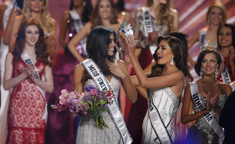 Мисс Вселенная - 2013 Габриэла Ислер из Венесуэлы вручает корону победительнице конкурса 2014 года колумбийке Паулине Веге