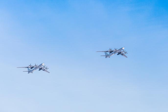 Пара стратегических ракетоносцев Ту-95 на авиапараде техники