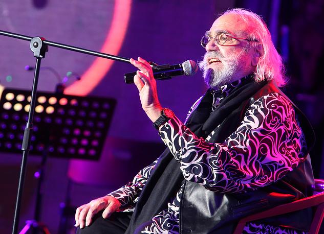 Демис Руссос родился в 1946 году в египетской Александрии в музыкальной семье выходцев из Греции. Его мать была певицей, а отец - гитаристом. На фото: Демис Руссос выступает на торжественном вечере в Колонном зале Дома Союзов, посвященном охране интеллектуальных прав в России. 2013 год
