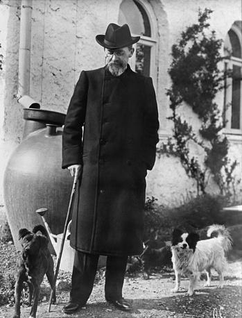 Писатель Антон Павлович Чехов во время прогулки в Ялте, 1901 год