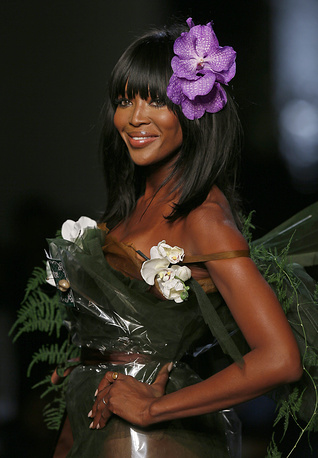 Британская модель Наоми Кэмпбелл представляет платье из коллекции французского дизайнера Жан-Поля Готье (Jean Paul Gaultier)