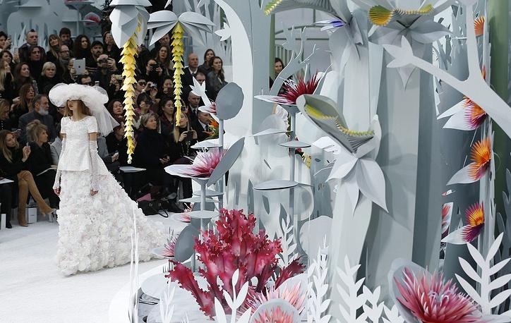 30 января в Париже завершилась неделя моды haute couture, во время которой самые известные дома моды представили свои коллекции сезона весна-лето 2015. На фото: показ Chanel