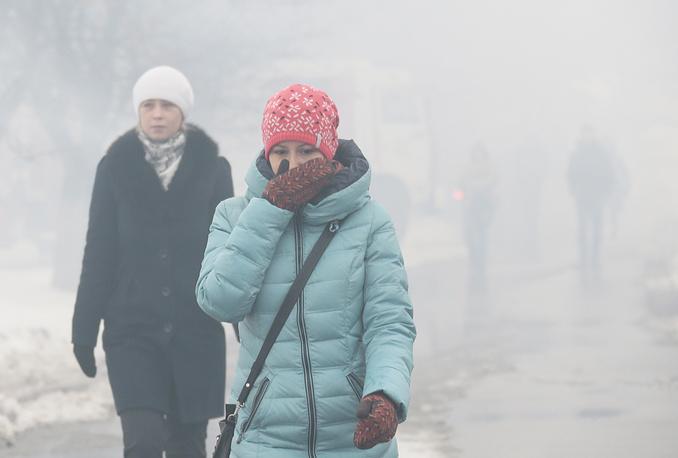 Жители города у здания библиотеки во время тушения пожара