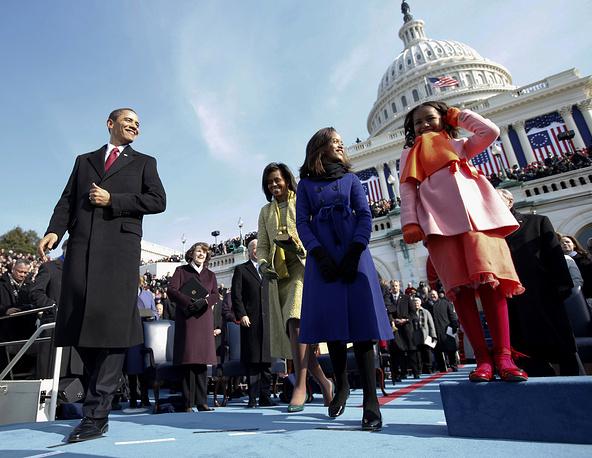 В 2009 году президент США Обама приносил присягу дважды - во время торжественной церемонии инаугурации у стен Капитолия председатель Верховного суда Джон Робертс перепутал слова президентской клятвы, а Обама повторил его ошибку. Чтобы избежать недоразумений, клятву было решено повторить на следующий день уже в Белом доме. На фото: первая инаугурация президента США Барака Обамы, 20 января 2009 года