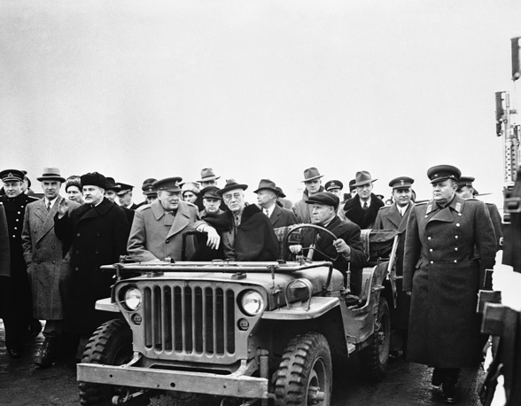 Президент США Франклин Рузвельт (в машине), премьер-министр Великобритании Уинстон Черчилль и нарком иностранных дел СССР Вячеслав Молотов (слева) в Ялте