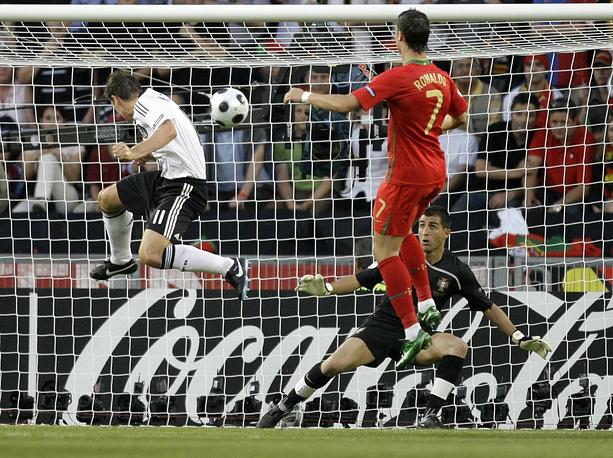На чемпионате Европы 2008 года португальцы завершили выступление в 1/4 финала, уступив команде Германии. На фото: Мирослав Клозе отправляет мяч в ворота сборной Португалии