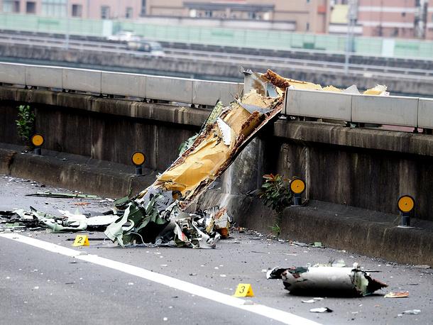 Вскоре после взлета самолет потерял управление и, задев крылом эстакаду, рухнул в реку