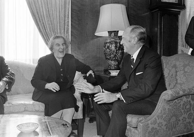 Уильям Пирс Роджерс занимал пост госсекретаря США при Ричарде Никсоне в 1969-1973 годах. В этой должности он пытался добиться мирного урегулирования арабо-израильского конфликта. На фото: Уильям Пирс Роджерс и премьер-министр Израиля Голда Меир, 2 декабря 1971 года