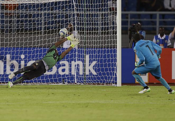 Голкипер сборной Кот-д'Ивуара Бубакар Барри реализует пенальти и приносит своей команде победу в Кубке африканских наций