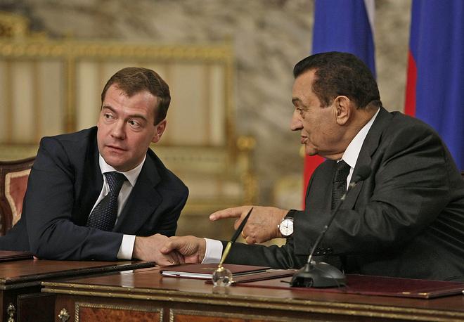 Президент России Дмитрий Медведев и президент Египта Хосни Мубарак (слева направо) во время пресс-конференции по итогам российско-египетских переговоров в Каире в 2009 году