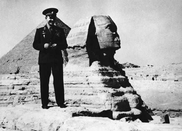 В эпоху Насера египтяне любили все советское, и одним из символов того времени был Юрий Гагарин. На фото: первый космонавт в ходе визита в Египет, 1962 год