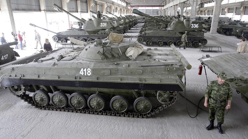 Боевая техника на военной базе ВС России в Южной Осетии, 2009 год.