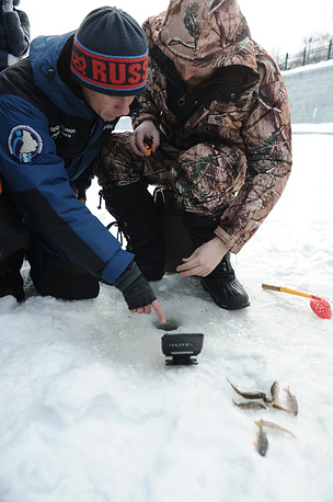 Чемпион Екатеринбурга по ловле на мормышку со льда Дмитрий Зырянов знакомит певца с тонкостями зимней рыбалки