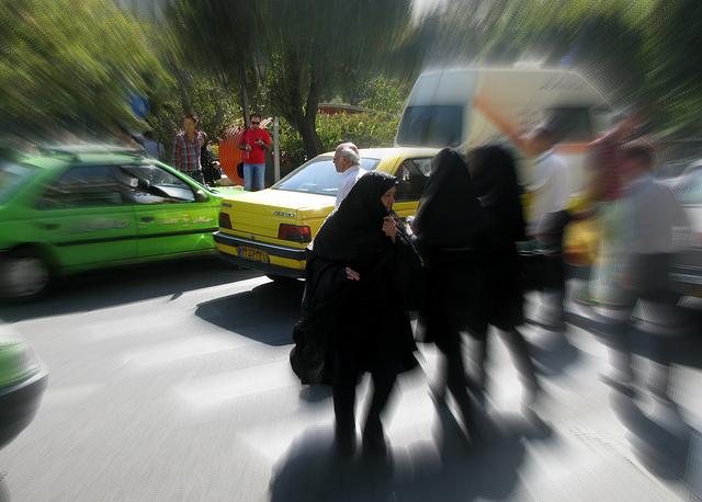 Ношение хиджаба в большинстве мусульманских государств является обязательным. На фото: на улицах Тегерана (столица Ирана)