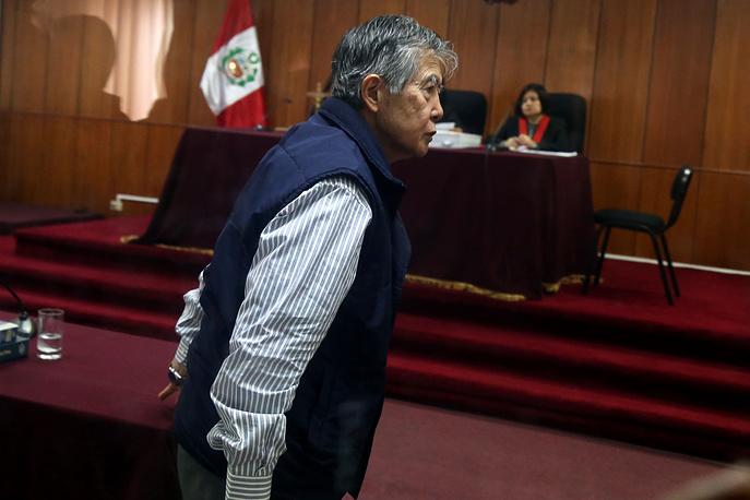 """В апреле 1992 года Альберто Фухимори совершил институционный переворот, опираясь на поддержку военных, и сформировал """"чрезвычайное правительство национального возрождения"""". Действие конституции Перу было приостановлено, парламент распущен, судебная система модифицирована. Фухимори заявлял, что вынужден был прибегнуть к этой чрезвычайной мере во имя спасения реформ"""