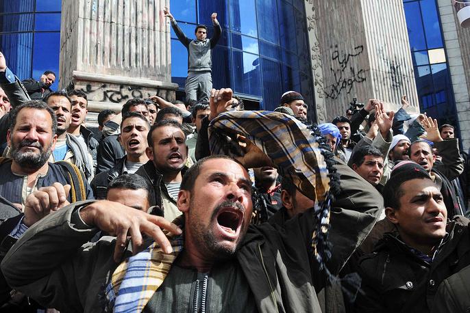Совет Безопасности ООН призвал страны помочь властям Ливии и АРЕ найти и наказать виновных. На фото: протесты в Каире, осуждающие убийства коптов в Ливии