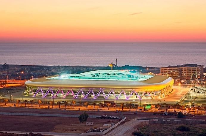 """Стадион """"Сэмми Офер"""" (Sammy Ofer Stadium), располагается в израильском городе Хайфа. Вместимость: 30,8 тыс. зрителей. Домашняя арена клубов """"Макааби"""" и """"Хапоэль"""". Ввод в эксплуатацию: сентябрь 2014 года"""