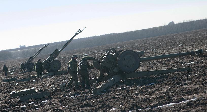 Пушилин также подчеркнул, что ополченцы не намерены открывать огонь первыми. На фото: военнослужащие армии ДНР во время отвода тяжелой техники в районе Тельманово