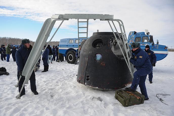 """Подготовка спускаемой капсулы космического корабля """"Союз ТМА"""" к эвакуации"""