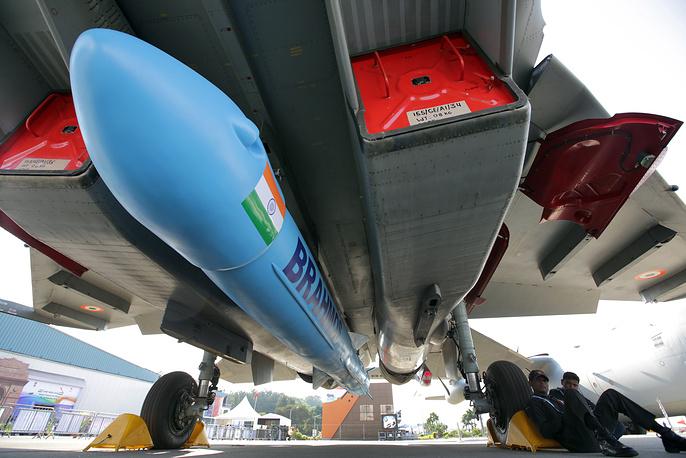 Макет ракеты российско-индийского производства BrahMos на подфюзеляжной  подвеске многоцелевого истребителя Су-30МКИ ВВС Индии