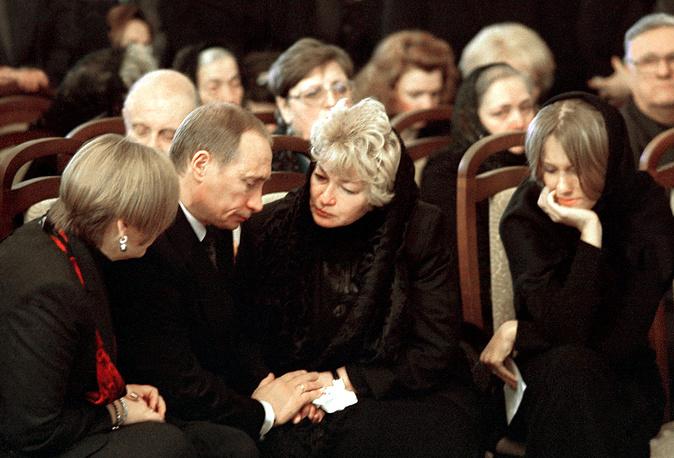 Владимир Путин и его супруга Людмила выражают соболезнования вдове Собчака Людмиле Нарусовой и его дочери Ксении, 2000 год