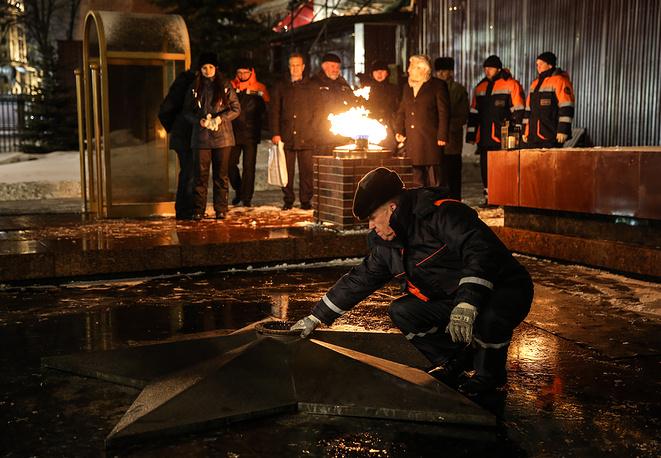 Профилактика горелки Вечного огня в Александровском саду перед Днем защитника Отечества