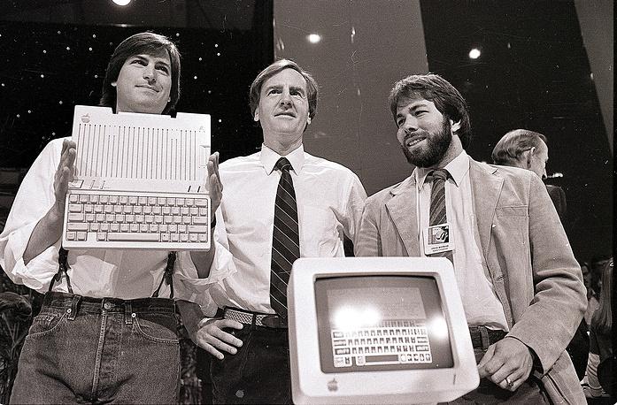 Стив Джобс, Джон Скалли и Стив Возняк (справа) презентуют компьютер Apple IIc, 24 апреля 1984 года
