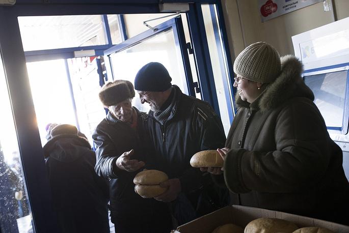 """""""Основная задача для нас сейчас - восстановить жилье, накормить и напоить людей"""", - сообщил мэр. На фото: раздача гуманитарной помощи в Дебальцеве, 24 февраля 2015 года"""