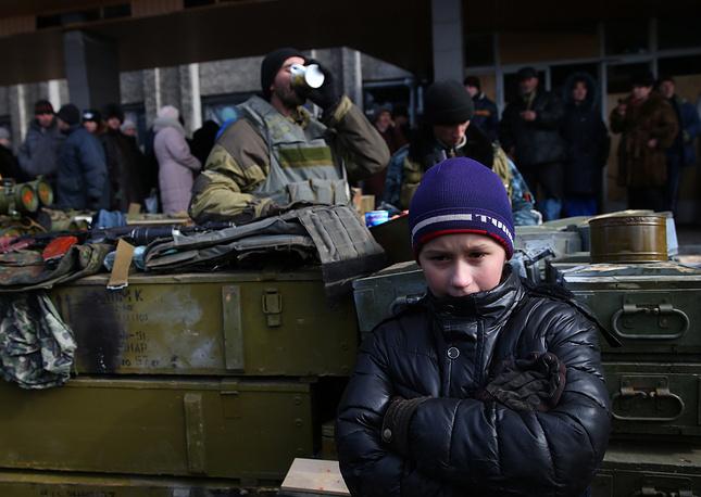 Мэр Дебальцева Александр Афендиков заявил, что в городе за время боевых действий было разрушено 80% зданий. На фото: местные жители на одной из улиц Дебальцева после ухода украинских военных, 20 февраля 2015 года
