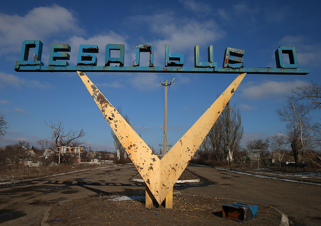 По данным, имеющимся в горсовете Дебальцева, до начала конфликта в Донбассе в 2014 году в этом населенном пункте проживало более 25 тысяч человек. На фото: стелла на въезде в Дебальцево, 20 февраля 2015 года