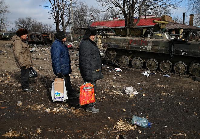Сотрудники ОБСЕ также посетили Дебальцево и заявили о крайне тяжелой гуманитарной ситуации, которая там сложилась. На фото: жители на одной из улиц Дебальцева после отвода украинских военных, 20 февраля 2015 года